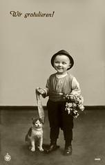 Gratulation 1912 (zimmermann8821) Tags: atelierfotografie blumen blumenarrangement bluse deutscheskaiserreich fotografie geburtstag hose hut kind kunstblumen mode person postkarte weste gratulation gratulieren katze steppke jägerhut