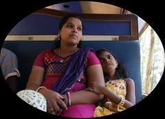 Mamma e bimba in treno