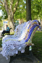 Tricotons la rue, Angora (oeuvre collective), 2013 (Retis) Tags: tricotonslarue angora parcgarneau villeémard montreal canada art publicart public artpublic yarnbombing tricotgraffiti guerillaknitting banc bench installation oeuvrecollective draps sheets cc creativecommons allfreepictures