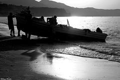 (Sonia Montes) Tags: red blackandwhite byn blancoynegro canon contraluz mar trabajo barca playa arena amanecer pesca sombras pescador