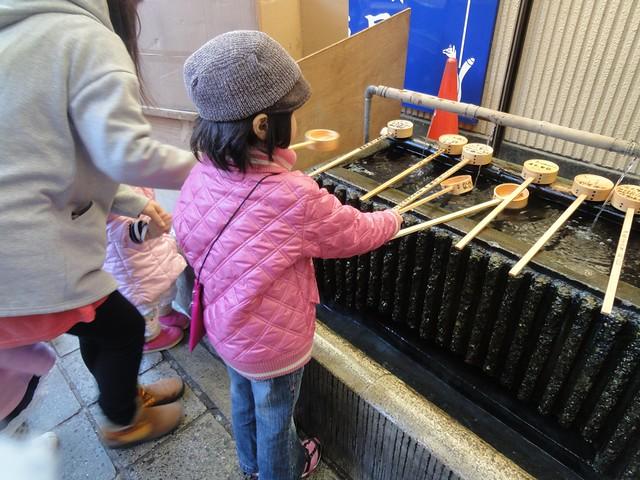 まずは手洗い水で清めます。|千代保稲荷神社