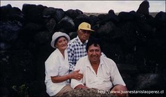 Don Sebastián Pakarati Ika, su esposa Cristina Araki y su hijo Carlos. Una familia muy querida nuestra. Domingo 27 de enero 2002.