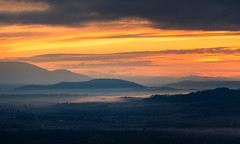 Sunrise Layers (Philipp Klinger Photography) Tags: light sky cloud sun mountain france sunrise landscape nikon frankreich purple zoom hill first paca tele layers provence rise luberon gordes d800 vaucluse provencealpescôtedazur nikond800