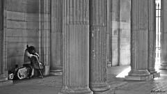 Le musicien (nathaliedunaigre) Tags: bw paris monochrome noiretblanc louvre musical musicien colonnes violoncelle