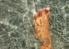 Footloose (M. Carpentier) Tags: feet pied eau water vert green reflets reflet reflextion reflextions toes orteils