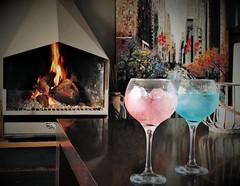 Un brindis por cosas que merecen la pena (Ester Arrebola Bravo) Tags: amistad love gin llar fuego hogar amigos chimenea color cuadros interiores relax copas