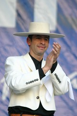 El Conjunto Maucó interpretando Música y Danzas de Chile. VII Encuentro del Adulto Mayor. Quinta Vergara. Viña del Mar.  Hugo Vargas Díaz, septiembre de 2005.