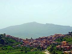 Paese sdraiato sulla collina. country lying on the hill. (rikkuccio) Tags: old castle sicilia citta fuij fuijfilm xq1 casteldilucio