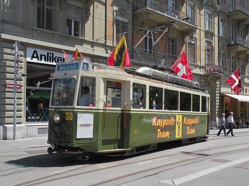 Oldtimer Be 4/4 171 aus dem Jahre 1944 ist am 04.06.2010 als Kasperli Tram unterwegs.
