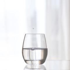 El vaso medio lleno (Ines L. Pisano) Tags: agua water vaso glass drop gota splash transparency transparencia white