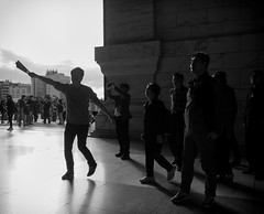 fan dance (dr.milker) Tags: taiwan taipei memorialhall chiangkaishek tour guide bw blackandwhite blancoynegro noiretblanc people fan urban street 台灣 台北 中正紀念堂 黑白 人 導遊 旅行團 遊覽 扇子 都市 街拍