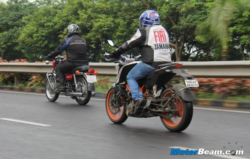 KTM-Duke-390-vs-Yamaha-RD350-40