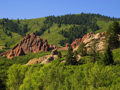 Rocks framed by Green (Batikart) Tags: travel blue autumn trees light red vacation sky usa sun mountain holiday mountains green fall nature colors leaves yellow pine america forest canon landscape geotagged us leaf woods colorado holidays rocks unitedstates natural branches urlaub laub herbst natur himmel denver september berge foliage trail co fir rockymountains geology blau douglas amerika ursula ste landschaft sonne wald bltter bume ponderosa baum vacanze formations felsen sander roxborough g11 2014 schrge roxboroughstatepark wanderwege 100faves batikart canonpowershotg11 transversely