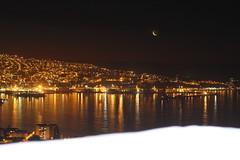 Noche en el puerto (Vale_Rodriiguez) Tags: color luces noche mar barcos vertigo ciudad luna vida valparaso lunanueva