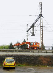 SKODA Jaune et Grue orange COLAS Rail (xavnco2) Tags: railroad bridge orange plant france cars car jaune automobile break crane rear eisenbahn railway ponte machinery pont autos brcke kran grue travaux skoda picardie chantier arrire somme ferrovie chemindefer engins colasrail