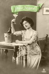 Neujahr Postkarte 1912 (zimmermann8821) Tags: atelierfotografie damenfrisur damenmode deutscheskaiserreich fotografie fotografiekoloriert frisur gruskartefeiertag kleid mannequin mode neujahr person postkarte vorführdame sekt sektglas sektkübel tischdecke bannermotiv prosit banner sektflasche sylvester