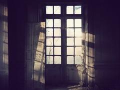 le dsespoir des singes (91) (Nicolas Fourny photographie) Tags: windows france abandoned decay urbanexploration abandonedhouse decayed urbex abandonedplaces beautifuldecay abandonedcastle chteaudessinges