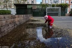 sulla (swhler) Tags: playing barn copenhagen danmark rautt kaupmannahfn speglun pollur katrnuna