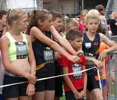 Waiting for the start (Cavabienmerci) Tags: girls boy sports boys girl sport youth race children schweiz switzerland à child suisse swiss running run alpine davos runners pied runner läufer lauf 2015 coureur swissalpine coureurs
