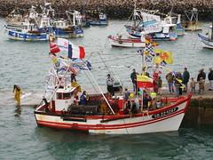 La baie et le port d'Erquy (Bretagne, Côtes d'Armor, France) (bobroy20) Tags: port erquy côtesdarmor bretagne france mer océan europe phare bateau chalutier pêche