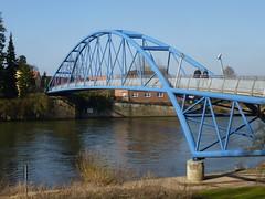 Nienburg / Weser - Fußgängerbrücke (anriro96) Tags: blue river germany deutschland urlaub saxony tourist lower blau ufer fluss bogen stahl niedersachsen nienburg flus
