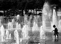 Manchester (loungerie) Tags: england people blackandwhite bw water fountain manchester kid play stranger bn acqua fontana biancoenero streetshot