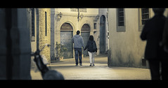 49/52 Hand in hand (Orione59) Tags: street people urban canon photography florence bokeh candid streetphotography cinematic ef135mmf20 5dmk3 52weekofstreet orionephotographer