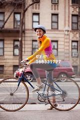 Casco da bicicletta (quintaagrafico) Tags: verticale libertà adulto figuraintera rilassamento caucasico versolobiettivo vitacittadina 2529anni solounapersona