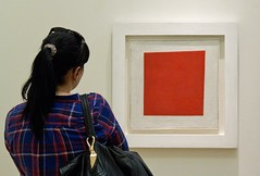 Looking at Red Square (1915), by Kazimir Malevich (chrisjohnbeckett) Tags: blue red white abstract art painting gallery looking russia watching seeing ponytail behind redsquare viewer 1915 avantgarde malevich russianmuseum parallelogram kazimirmalevich notsquare canonef24105mmf4lisusm chrisbeckett painterlyrealismofapeasantwomanintwodimensions