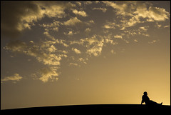 Waiting for the dark (Ciao Anita!) Tags: friends sunset man backlight clouds zonsondergang tramonto nuvole desert wolken uomo morocco marocco sanddunes marokko controluce deserto tegenlicht crepuscolo merzouga woestijn ergchebbi dunedisabbia zandduinen meknèstafilalet theperfectphotographer fotoworkshopnl
