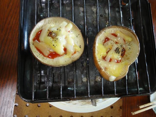 こちらはピザソースとチーズがのった特別バージョン。|谷汲しいたけ園