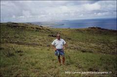 En Vai A Tare, volcán Rano Kao, último lugar que habitó el Ariki Núi Hotu Matú'a. Atrás, el Poike, el otro extremo de la isla. Martes 5 de febrero 2002.