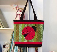 Bolsa Joaninha (Zion Artes por Silvana Dias) Tags: bag patchwork joaninha aplicação bolsapatchwork patchcolagem bolsatecido bolsajoaninha patchaplique zionartes
