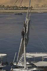 climbing the mast (Ren Mouton) Tags: man work boot boat egypt aswan job werk egypte  zeilboot felucca asuan feluka   syene mir  assoean  feloek swentet