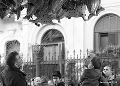 Sueños de helio (Landahlauts) Tags: street boy blancoynegro vendedor navidad kid andalucía father streetshots stranger andalucia granada andalusia padre niño andalusien globo andalousie desconocido granvia helio reyesmagos andalusie andaluz andaluzia ventaambulante cabalgatadereyes andaluzja granviadecolon robandoalmas stealingsouls andaluzio biancoinero andalouzia andalusiya fujifilmxpro1 heliumdream heliumdreams