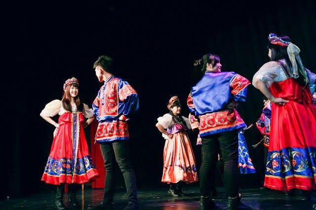 系上俄舞團表演(左一)