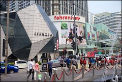 150712 Bukit Bintang 11 (Haris Abdul Rahman) Tags: leica weekend sunday streetphotography malaysia kualalumpur bukitbintang leicamp pavilionfountain wilayahpersekutuankualalumpur summiluxm1450asph harisabdulrahman harisrahmancom typ240 ramadan2015