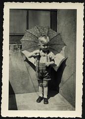 "Archiv M099 Balkonien, ""Braunschweig"", 1950er (Hans-Michael Tappen) Tags: archivhansmichaeltappen balkon porträt portrait regenschirm junge boy knirps 1950s 1950er"