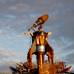 Observatron at Golden Hour, Tomorrowland, Disneyland, Anaheim (woohit42) Tags: disneyland disneylandresort tomorrowland amusementpark waltdisney sculpture canon7d canon tamronsp2470mmf28divcusd