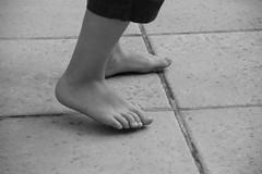 4 aos (vavie2012) Tags: black outside foot noir child negro terrasse barefoot pies pied enfant nio terraza descalzo piednus