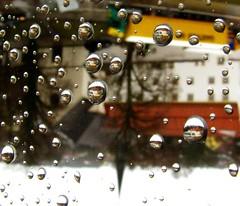 IMG_0264 Regentropfen / Raindrops (Traud) Tags: glass germany bayern deutschland bavaria droplets drops fenster drop glas regen tropfen laufen salzach regentropfen