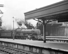 Castle 7027 at Paddington Station, 21 Mar 1963 (Ian D Nolan) Tags: film station railway wr paddingtonstation gwr thornburycastle 7027 agfaisoletteiii class4073 epsonperfectionv750scanner