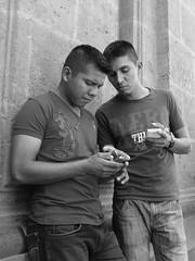 (Digenes ;)) Tags: bw blanco de y pareja negro personas celular telefono por chicos hablando