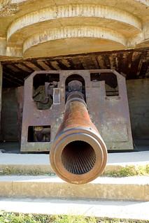 From flickr.com/photos/22490717@N02/15066137202/: war: France-000760 - Longues-sur-Mer Battery - Gun 2