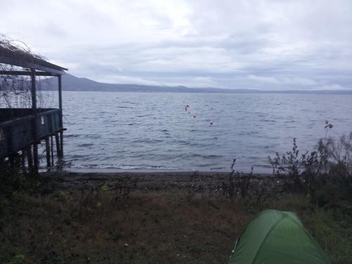 Première nuit à Bracciano, camping sauvage sur une petite plage