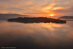 The island (Hector Prada) Tags: amanecer isla sol dorado luz reflejos contraluz pantano agua sunrise island sun light reflections golden lake colors paisvasco basquecountry