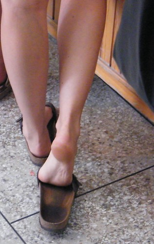e97e8ca93baa95 Thick soles in sandals · Girl with tough soles