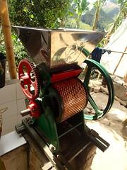 """Machine pour briser la coque du grain • <a style=""""font-size:0.8em;"""" href=""""http://www.flickr.com/photos/113766675@N07/15288993065/"""" target=""""_blank"""">View on Flickr</a>"""