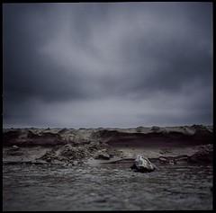 Falaise (Jean Bar) Tags: mer 6x6 marine pierre sable hasselblad nuage plage couleur carr 500cm borddemer moyenformat cielgris cielnuageux