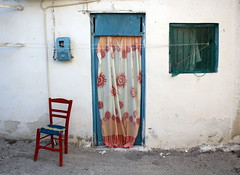 Je veux les mmes rues, ici... (Nadia L*) Tags: door chair colours village couleurs curtain porte rideau chaise matala crte